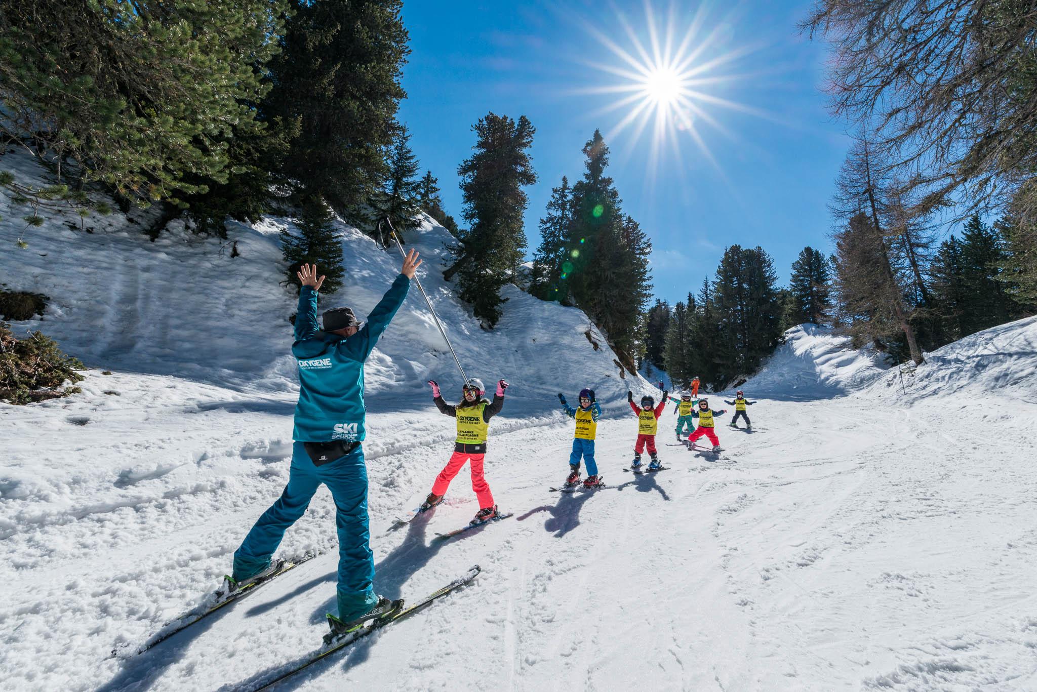 enfants en cours de ski avec moniteur OXYGENE