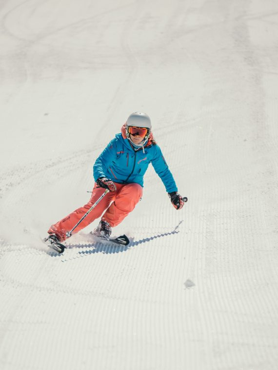Oxygène Ski & Snowboard School – Female Instructor Skiing