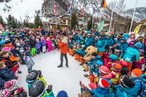 fete enfants a la fin de la semaine de cours de ski avec Oxygène
